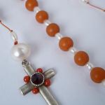 Rozenkrans met zilveren kruis, antieke bloedkoraal en parels